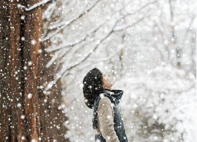 学句子 经典句子 > 正文  乡村的冬天,田地蒙着一层薄薄的霜,透过那层