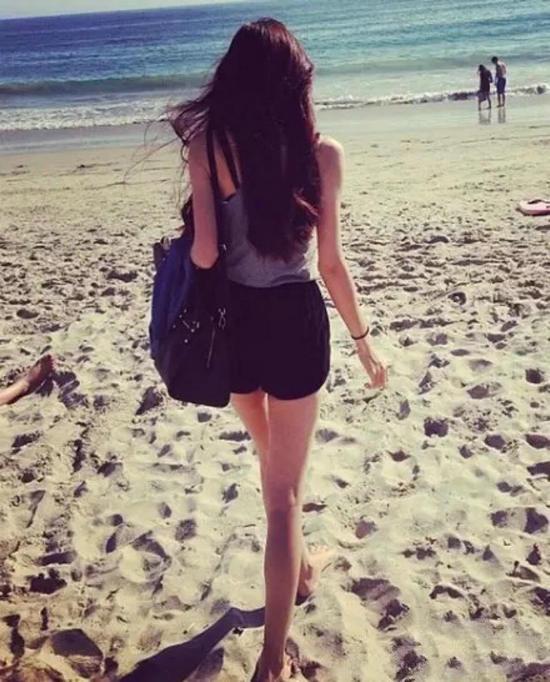 女生背影图片唯美长发披肩