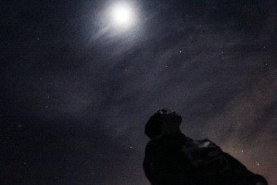 夜晚一个人孤独的说说及图片