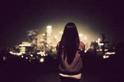 夜晚一个人孤独的图片