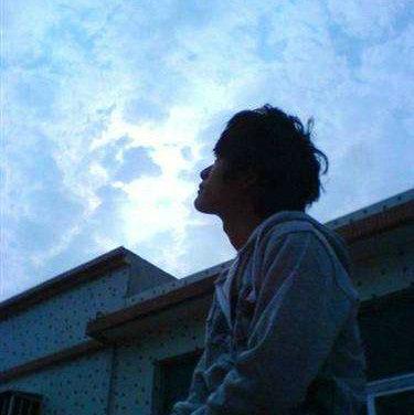 抬头仰望天空的说说及图片