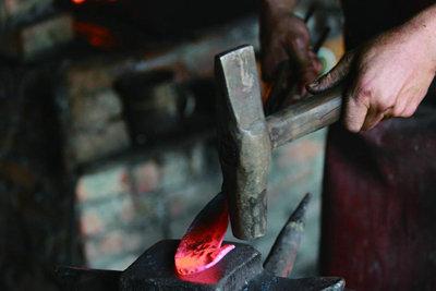 人生就像一块烧红的铁条,需要千锤百炼才能走好